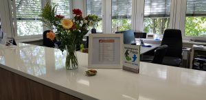 Unser Büro & Anmeldung - herzlich Willkommen! Nicht zu übersehen: Unser rheinisches Grundgesetz - wichtige Basis für unsere Arbeit....